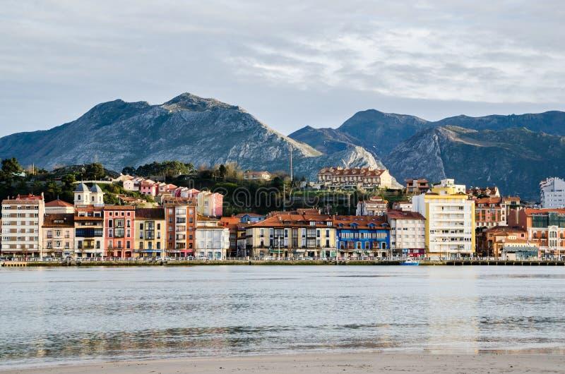 Ribadesella, Asturias Estuario, edificios coloridos y montañas en fondo durante puesta del sol fotos de archivo libres de regalías