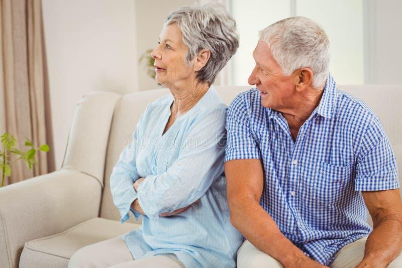 Ribaltamento senior delle coppie a vicenda fotografia stock