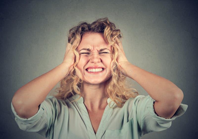 Ribaltamento sollecitato della donna frustrato immagini stock