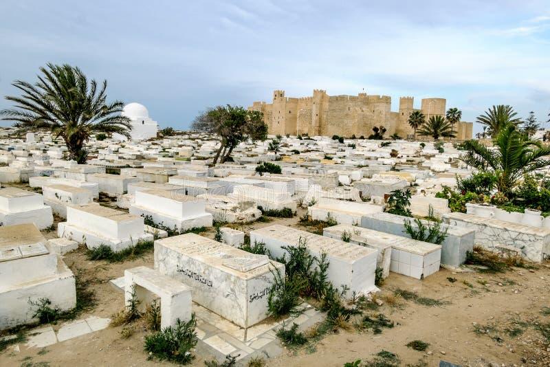 Ribat堡垒和Sidi El Mezri公墓在Monastir 免版税库存图片