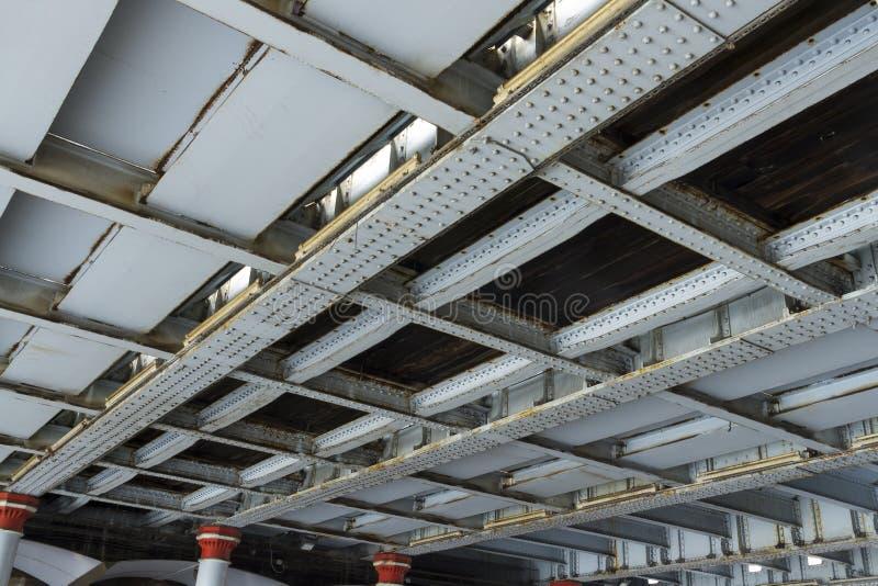 Ribattini e ferro, ponte ferroviario di parte di sotto immagine stock libera da diritti