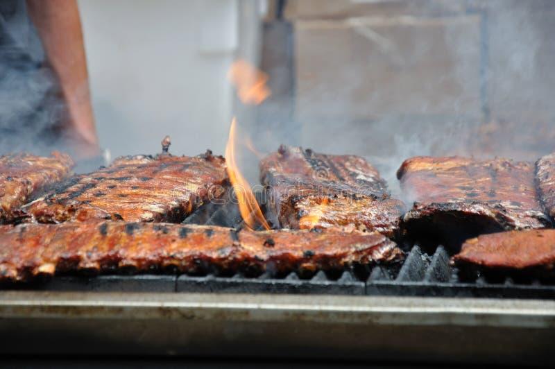 Ribben op de grill   stock afbeelding