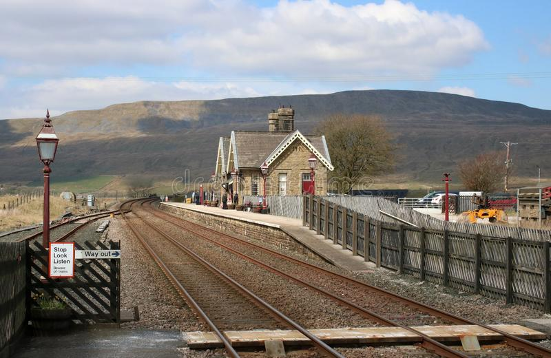 Ribblehead stationshögryggad träsoffa till Carlisle den järnväg linjen royaltyfri bild