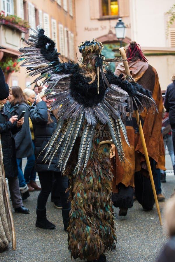 Ribeauvillé, Alsace, Francja - 8 grudnia 2019 r.: maskarada z ludźmi ubranymi w potwory lub przerażające postacie obrazy stock