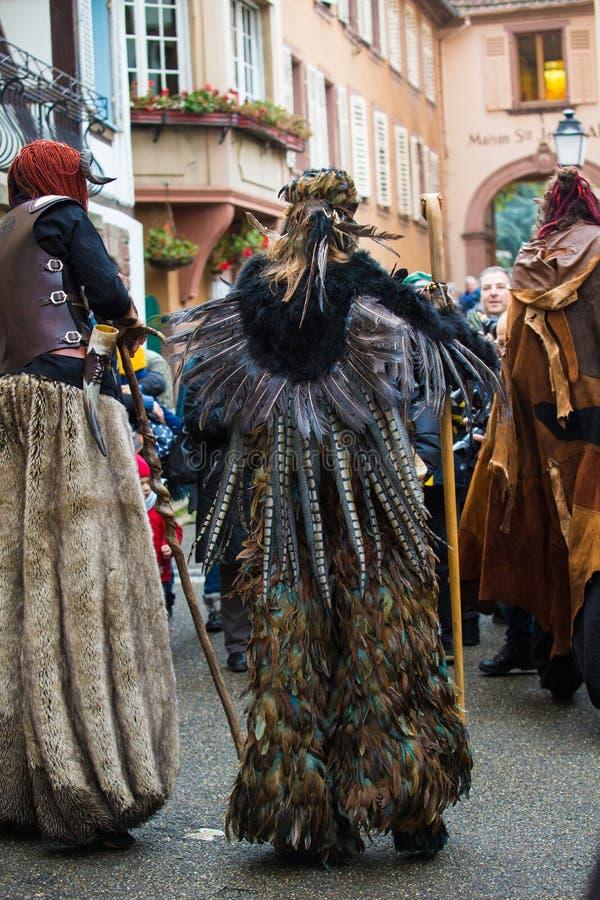 Ribeauvillé, Alsace, Francja - 8 grudnia 2019 r.: maskarada z ludźmi ubranymi w potwory lub przerażające postacie obrazy royalty free