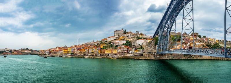 Ribeira鸟瞰图和在Dom雷斯桥梁在波尔图,葡萄牙 免版税库存照片