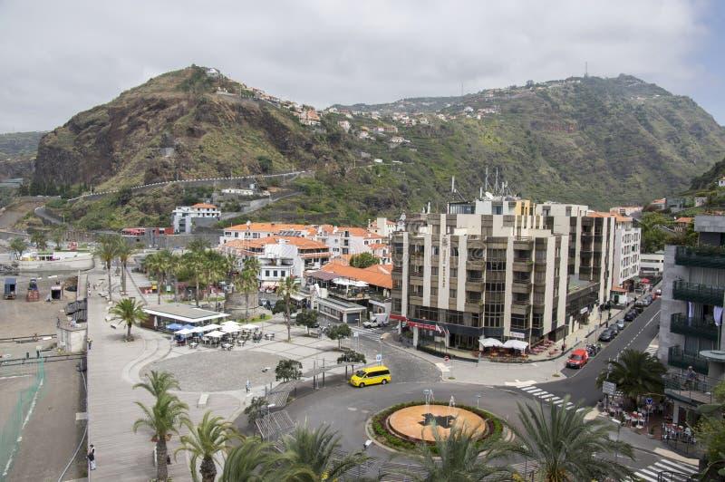 Ribeira Brava, Madeira/Portugal - 18 de abril de 2017: Opinião aérea o litoral, o hotel Bravamar, as construções, os carros e os  imagem de stock royalty free