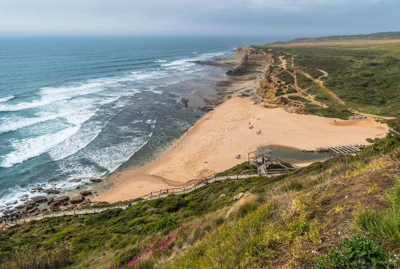 Ribeira d'Ilhas海滩,Ericeira世界海浪储备-马夫拉,葡萄牙鸟瞰图  图库摄影