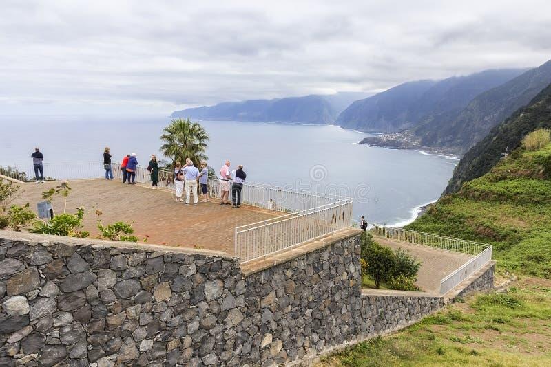 Ribeira da Janela, Madeira, Portugalia - marzec 2019: Turyści z perspektywy Eiry da Achady fotografia royalty free