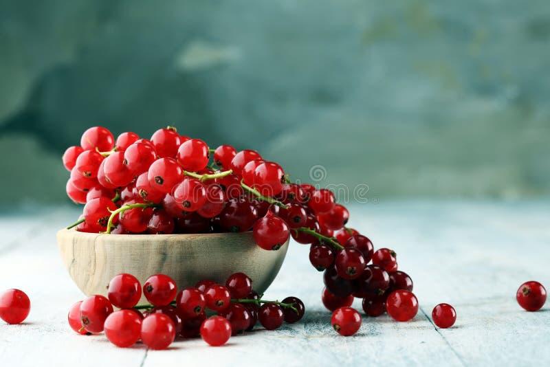 Ribes rosso fresco sulla tavola rustica leggera Frutta sana di estate immagini stock