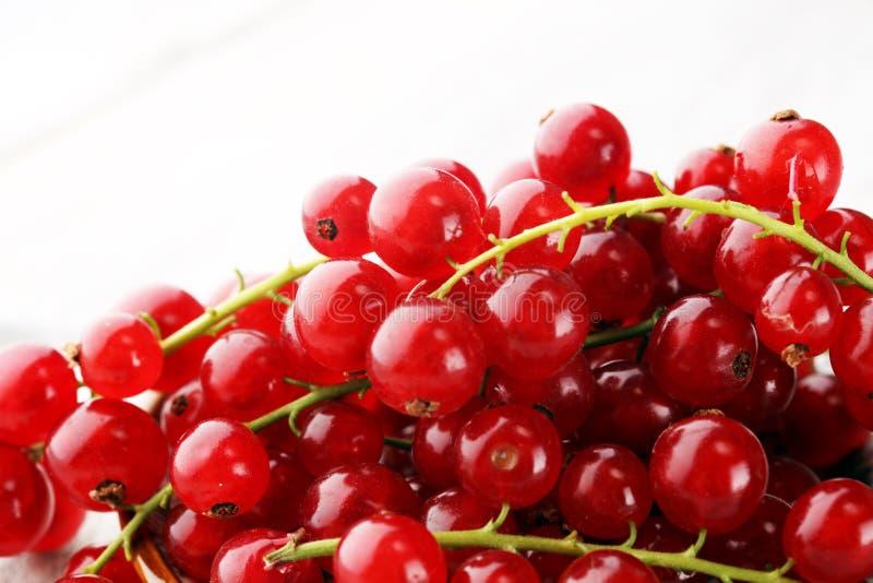 Ribes rosso fresco sulla tavola rustica leggera Frutta sana di estate immagine stock