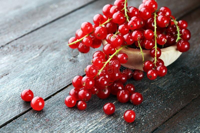 Ribes rosso fresco sulla tavola rustica leggera Frutta sana di estate fotografie stock libere da diritti