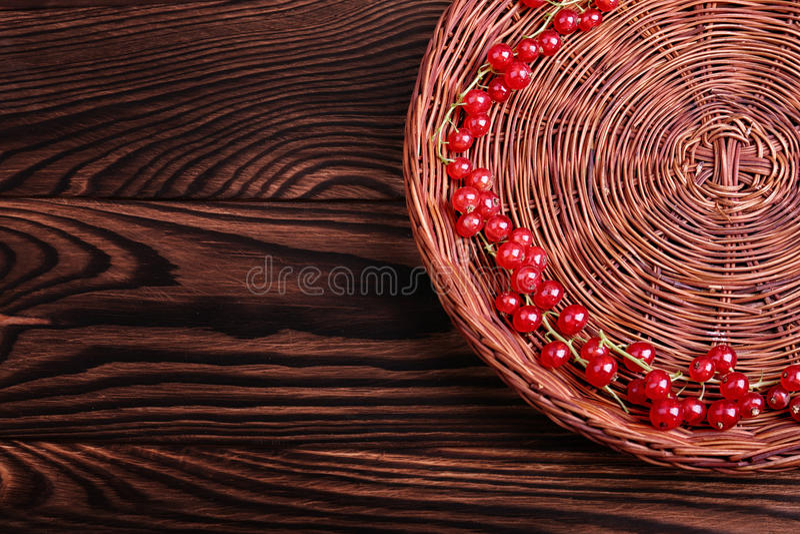 Ribes su un fondo di legno della tavola Un canestro delle bacche rosse mature Ingredienti salutari e naturali Copi lo spazio immagine stock libera da diritti
