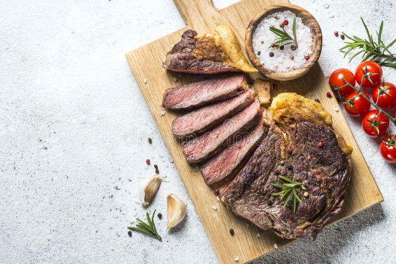 Ribeye arrostito della bistecca di manzo su bianco immagine stock