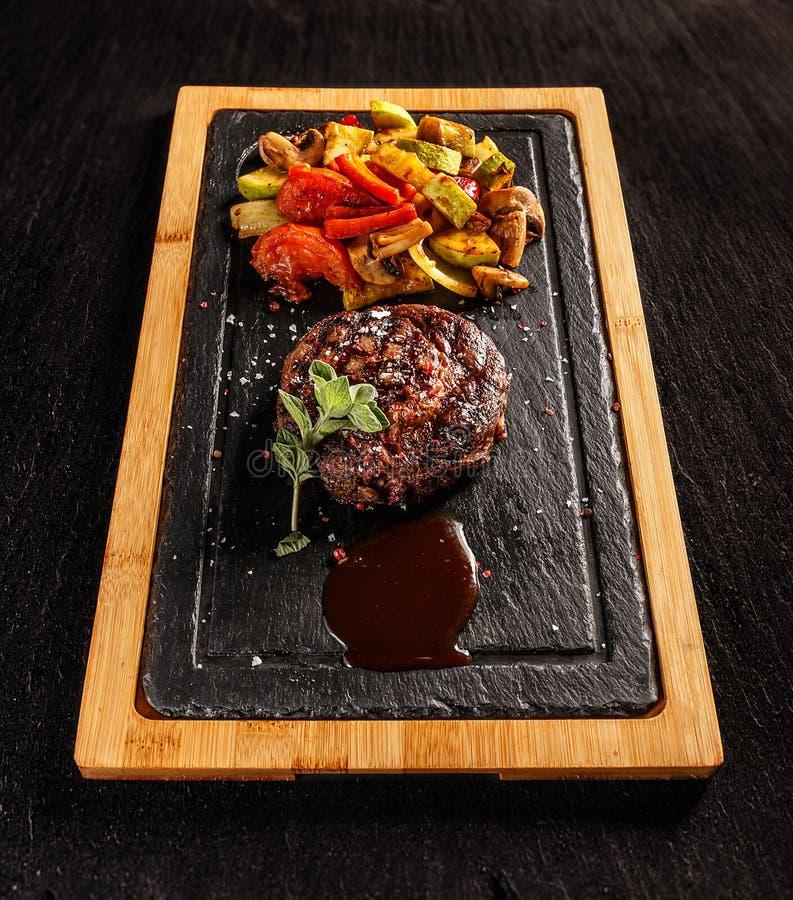 Ribeyelapje vlees met geroosterde groenten stock foto