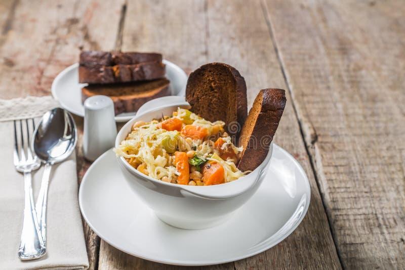 Ribollita soppa med bönor, grönsaker, ost och krutonger En typisk Tuscan maträtt övre sikt Kopia-utrymme royaltyfria foton