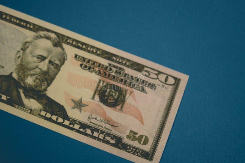 Am?ricain d'isolement billet de cinquante dollars sur le fond bleu images stock