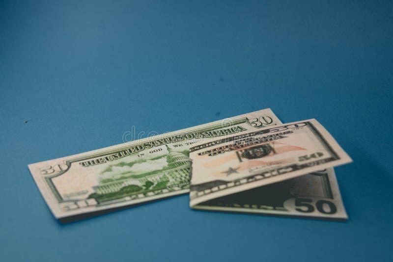Am?ricain d'isolement billet de cinquante dollars sur le fond bleu photos stock