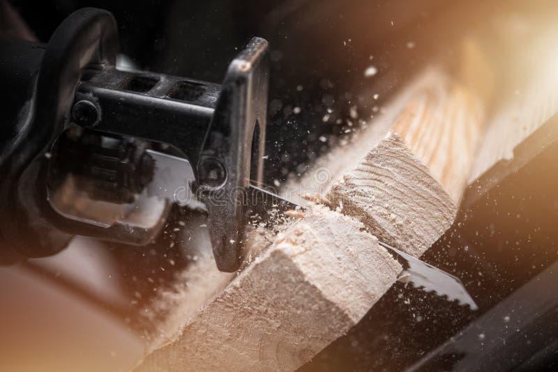 Ricambiare ha visto il lavoro del legno fotografie stock libere da diritti