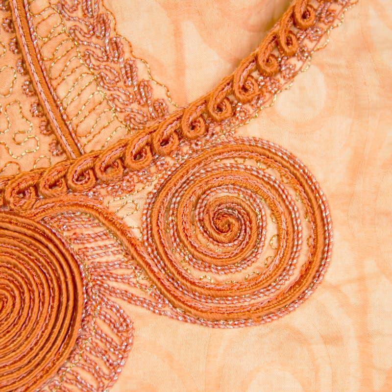 Ricamo tradizionale su abbigliamento femminile alla moda, Senegal fotografie stock libere da diritti