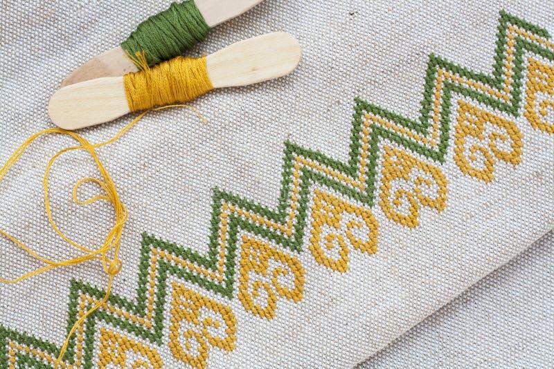 Ricamo ucraino sul ricamo di tela del filo e del tessuto su una tavola di legno fotografie stock libere da diritti
