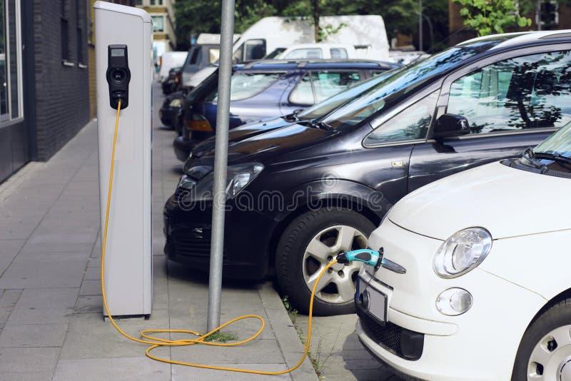 ricarica Automobile elettrica nella stazione di carico libera Trasporto rispettoso dell'ambiente fotografie stock
