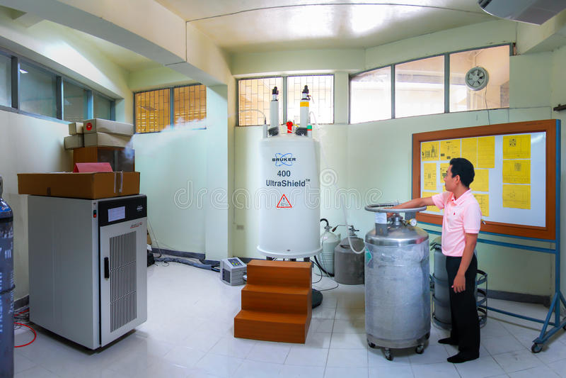 Ricarica dell'azoto liquido per lo spettrometro a risonanza magnetica nucleare immagine stock