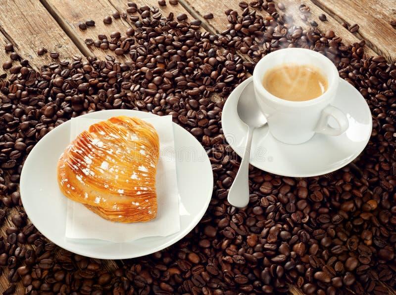 Riccia napoletano di Sfogliatella con caffè espresso immagini stock