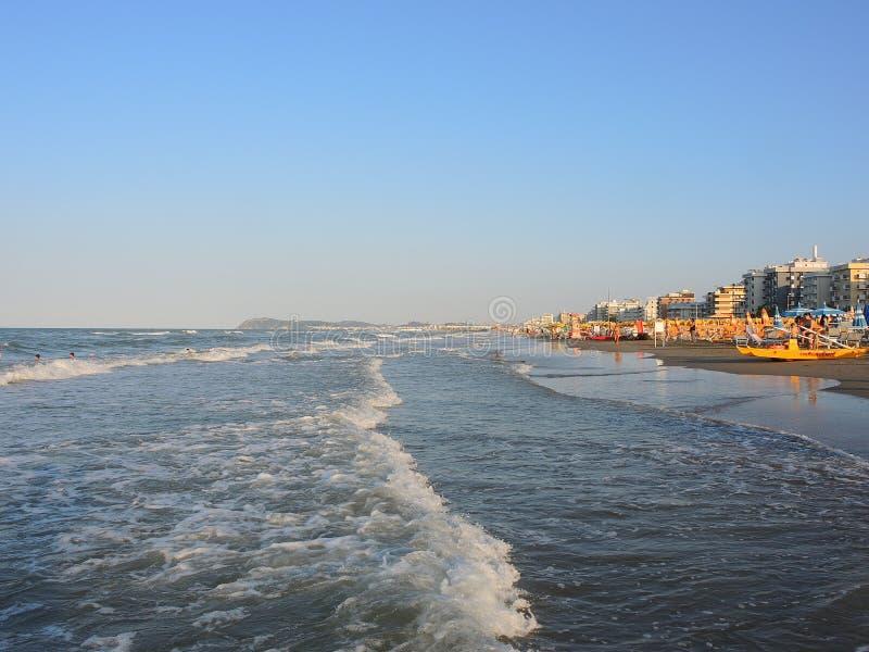 Riccione, Emilia Romagna, Italia La riva della spiaggia in Riccione durante l'ora legale immagini stock libere da diritti