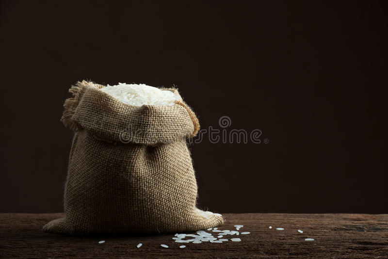 Rice i burlapsäck arkivbilder