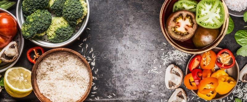 Rice i warzywa gotuje składniki w pucharach na ciemnym nieociosanym tle, sztandar Zdrowy i jarski jedzenie lub diety odżywianie zdjęcia stock