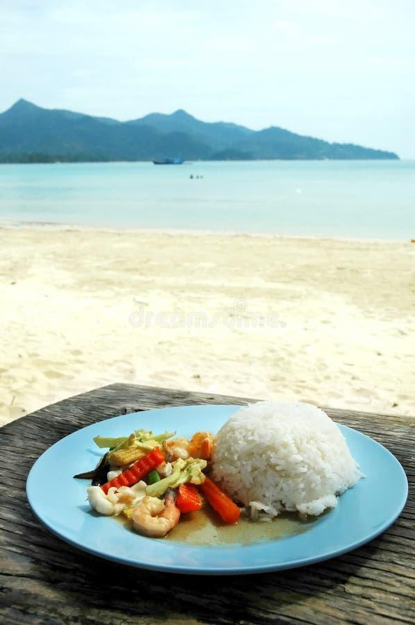 Rice med skaldjur och grönsaker arkivbild