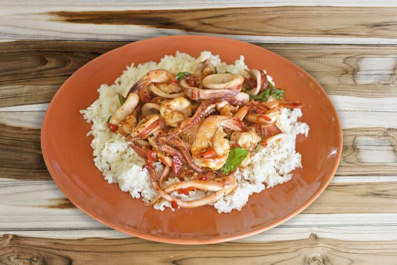 Rice nakrywał z smażącym basilem i garnelą popularny menu w Tajlandia zdjęcie stock
