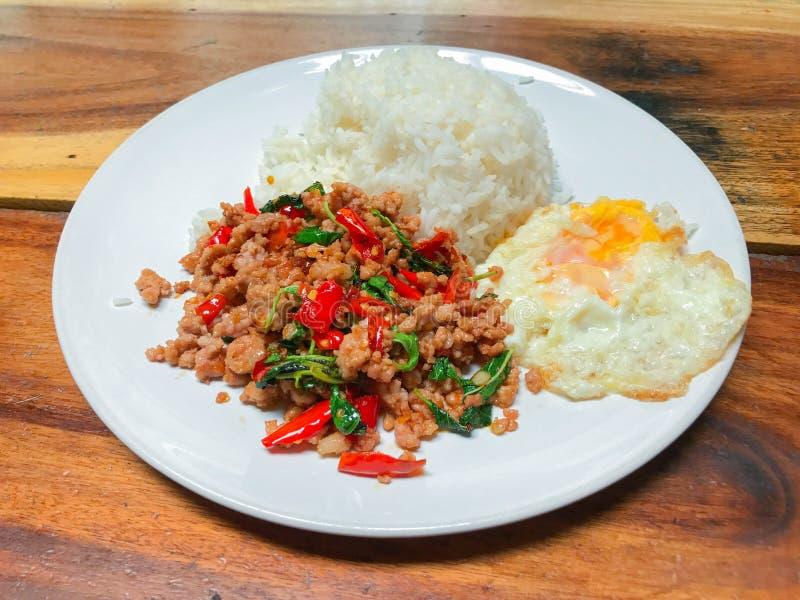 Rice nakrywał z smażącym basilem i wieprzowiną obrazy royalty free