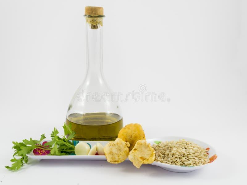 Rice, pieczarki, czosnek, pietruszka i oliwa z oliwek, zdjęcie stock