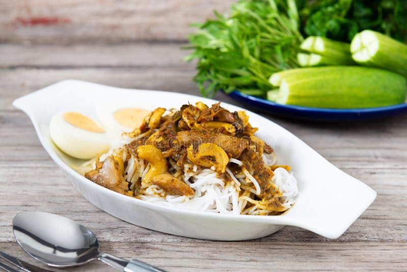 Rice Tailandês Vermicelli com Kaeng Pung (Tai) Pla Nam Khon (Peixe Rim Espesso Spicy Soup) fotografia de stock