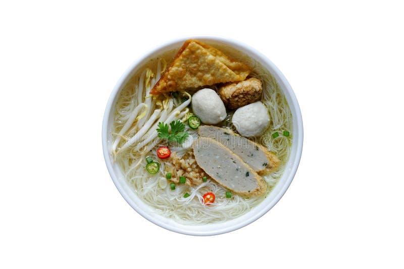 Rice Vermicelli macarrão em sopa Clara de Broth com almôndegas isoladas em fundo branco fotos de stock royalty free