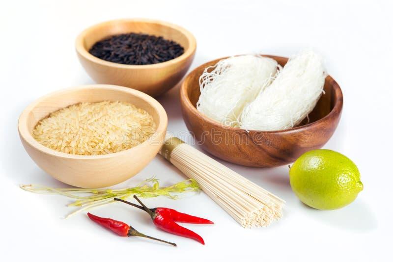 Rice w drewnianym pucharze odizolowywającym zdjęcie stock