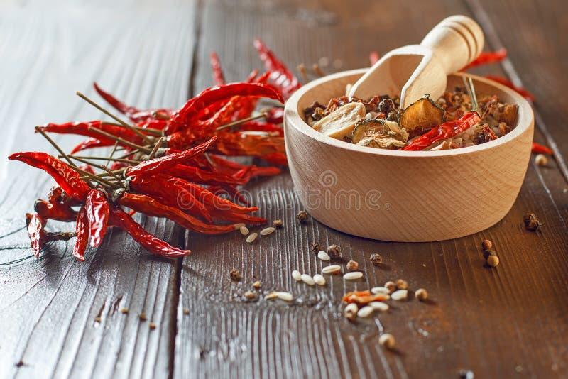 Rice w drewnianym pucharze z składnikami dla risotto fotografia stock