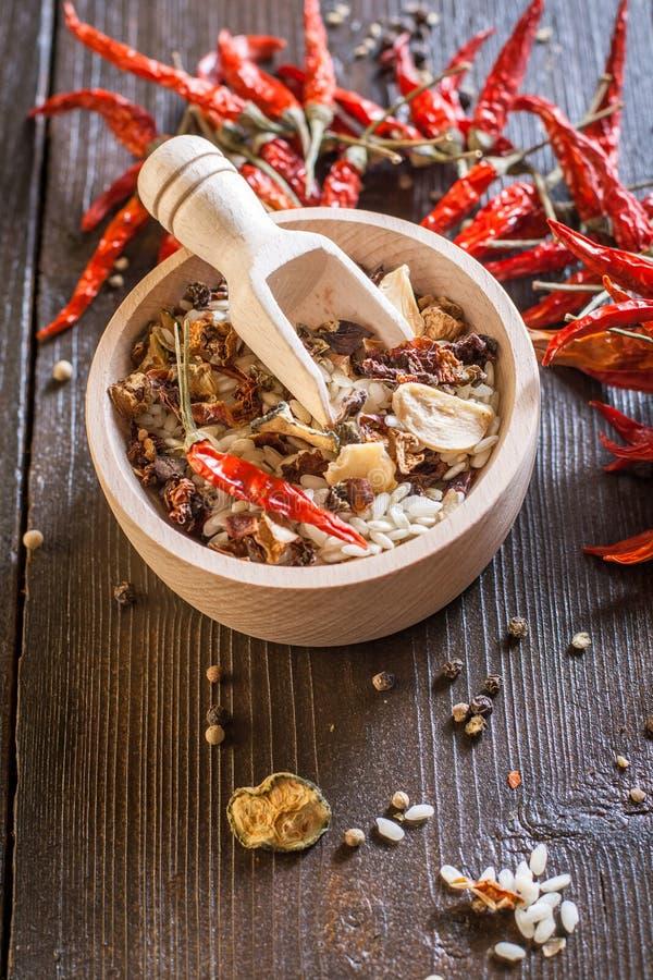Rice w drewnianym pucharze z składnikami dla risotto zdjęcia stock
