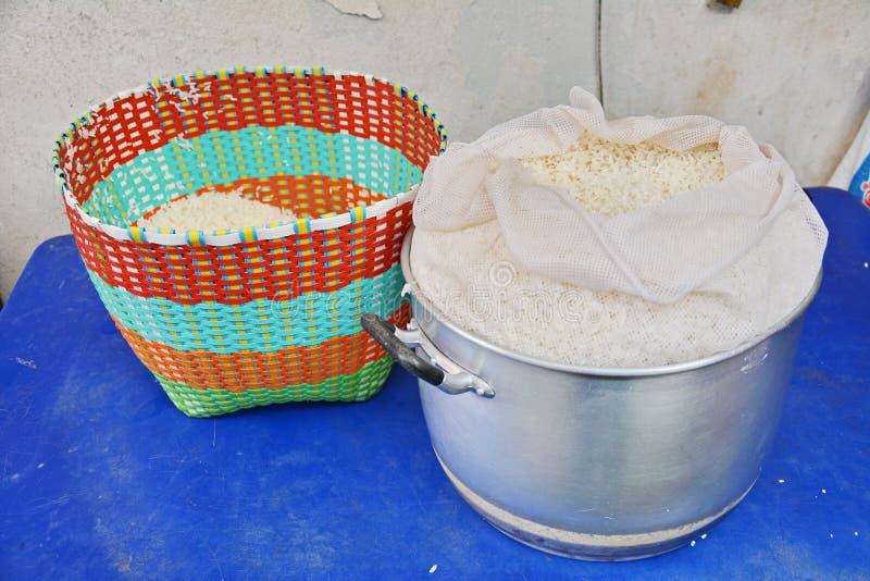 Rice w tradycyjnym koszu zdjęcia royalty free