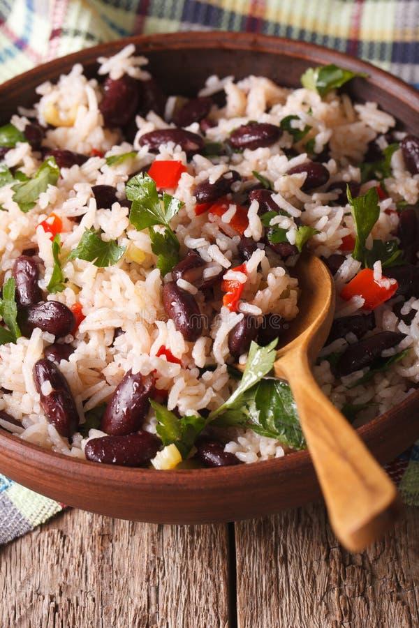 Rice z czerwonymi fasolami i kolenderami w pucharu zakończeniu pionowo zdjęcia royalty free
