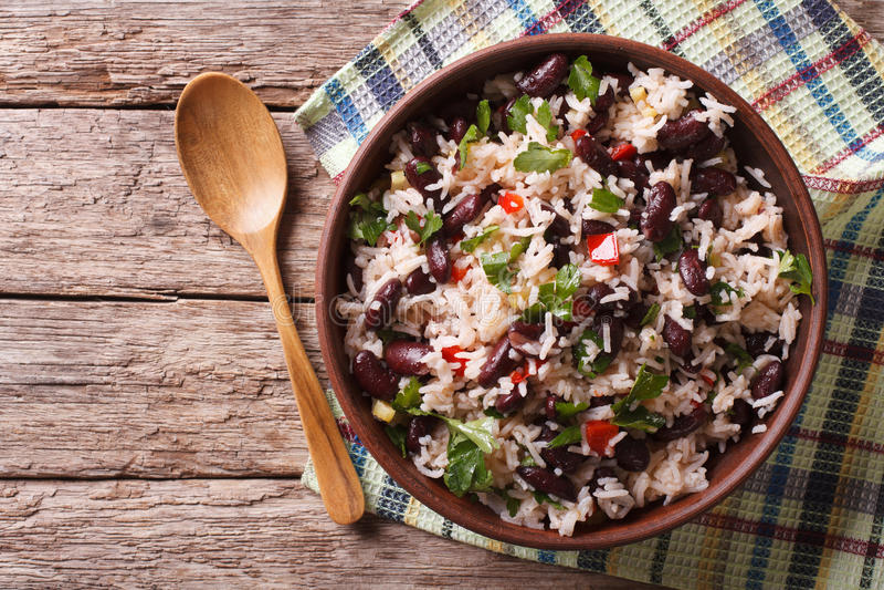 Rice z czerwonymi fasolami i warzywami w pucharze Horyzontalny wierzchołek rywalizuje obrazy royalty free