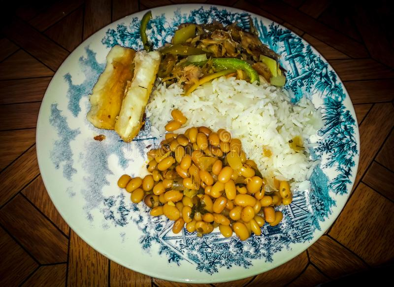 Rice z fasolami i mięsem w eleganckim naczyniu obrazy royalty free