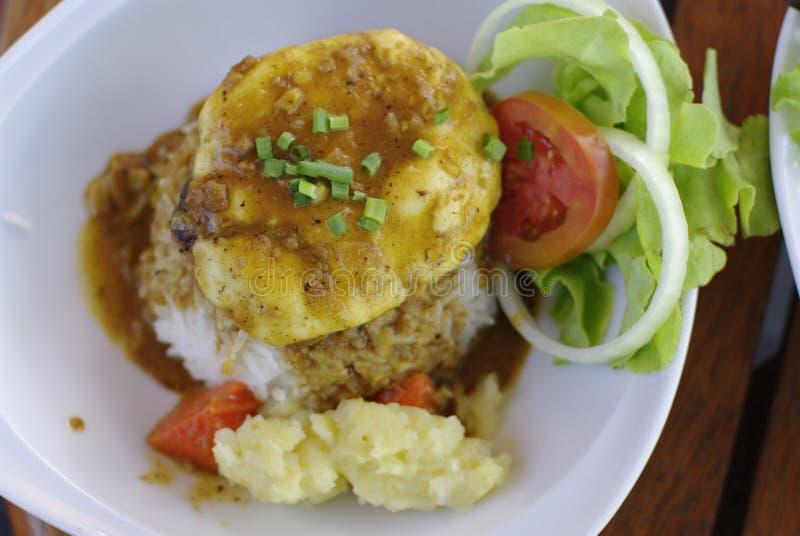 Rice z Hamburg serową polewą z currym zdjęcie stock