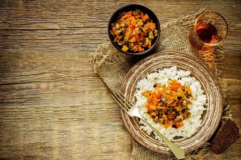 Rice z kumberlandem oberżyna, pieprze i pomidory, obrazy stock