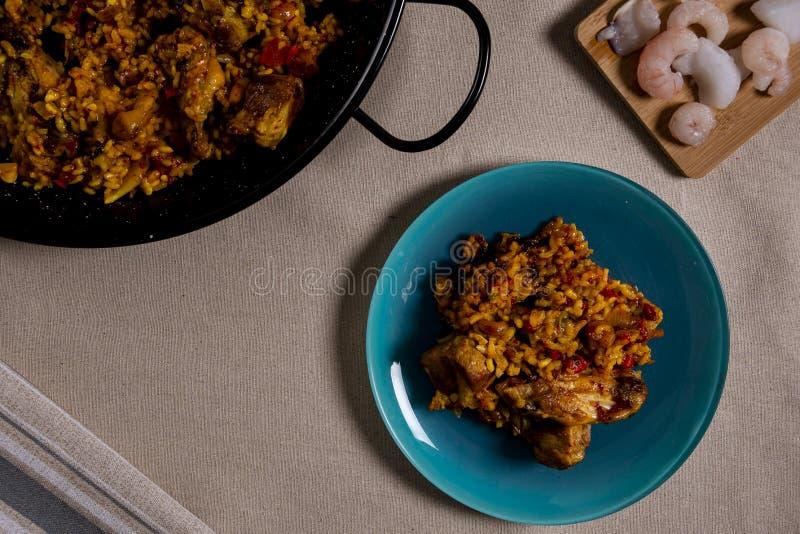 Rice z owoce morza i mięsem, na błękitnym koloru naczyniu fotografia royalty free