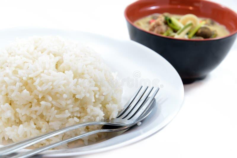 Rice z parą łyżka i rozwidlenie na naczyniu z pieczarkowym currym s fotografia royalty free