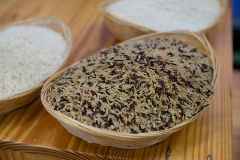 Riceberry est un riz non moulu m?tiss? poss?dant le grain violet fonc? photo libre de droits