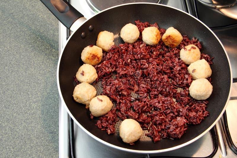 Riceberry ryżowy kucharstwo z krewetkową piłką fotografia royalty free